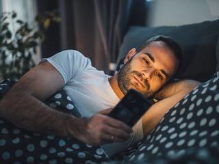 躺在床上玩手機